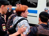 Полицейские задерживают несовершеннолетних и тех, кто просто снимает их действия на камеру