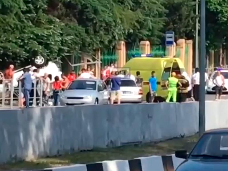 В Сочи автомобиль после ДТП снес остановку с детьми: один ребенок погиб