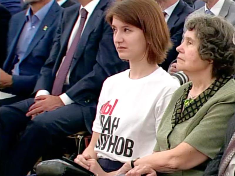 Позже выяснилось, что эта девушка - журналистка Анна Луганская, дочь пианиста Николая Луганского, ставшего лауреатом Госпремии в области литературы и искусства за вклад в развитие отечественной и мировой музыкальной культуры