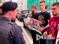 """В Москве перед судом по делу обвиняемых в убийстве отца сестер Хачатурян задержали пять человек с плакатами """"Убийцы должны сидеть"""""""