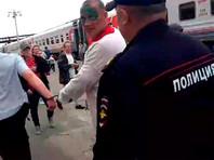 Древарх, сорвавший стоп-кран поезда из-за отмены остановки в Шиесе, избит полицией. В Москве его поддержал Ждун, усевшись на вокзале у касс (ФОТО)