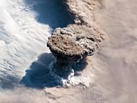 Российское туристическое судно посетило курильский остров Райкоке с извергающимся вулканом (ФОТО)