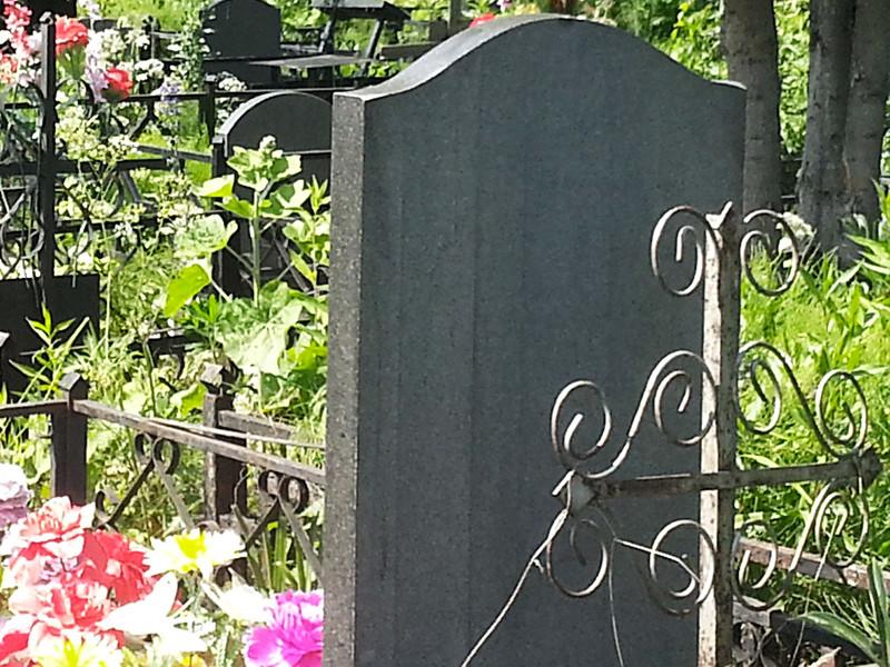 Надгробия Путину устанавливают в разных городах и регионах России с начала весны