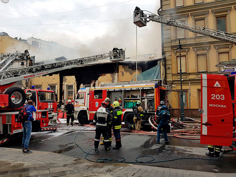 На улице Пречистенка в центре столицы сгорел памятник архитектуры XX века - дом Наумовых-Волконских, который в последние годы находился на реконструкции