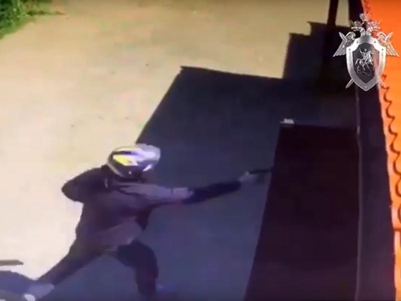 Момент нападения зафиксировала камера наружного наблюдения. На кадрах, опубликованных СК РФ, виден киллер в мотоциклетном шлеме