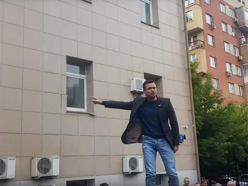 Глава Красносельского муниципального округа Москвы Илья Яшин провел депутатскую встречу у избирательной комиссии, которая находится в здании районной управы. Он выступил перед избирателями, стоя на крыше автомобиля