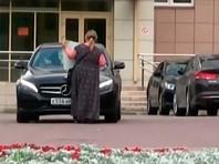 """Активистка заявила, что Яшин якобы намеренно протаранил ее на своем автомобиле, когда она встала перед ним с плакатом """"Яшин! Выходи, подлый трус"""""""