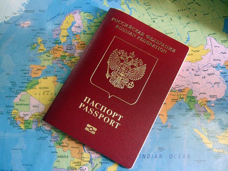 Россия выбыла из топ-50 индекса паспортов мира - международного рейтинга стран по уровню свободы передвижения, которую они предоставляют своим гражданам. Всего за один квартал РФ опустилась сразу на четыре позиции, заняв 51 место из-за потери двух безвизовых партнеров