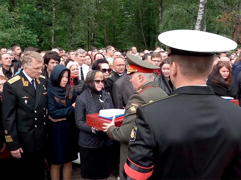 Похороны погибших в Баренцевом море подводников на Серафимовском кладбище в Санкт-Петербурге прошли в закрытом режиме, но многим журналистам удалось побывать на прощании, сделать снимки и услышать траурные речи высокопоставленных военных