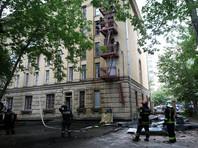 Как уточнили в пресс-службе столичного главка МЧС, очаг возгорания находится между четвертым и пятым этажами. Площадь пожара достигала 150 кв. метров