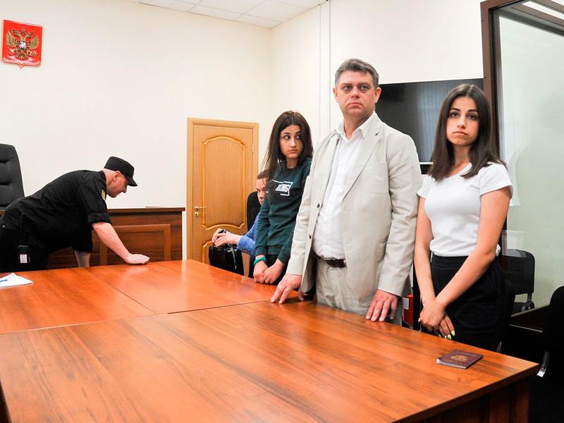 Крестина и Ангелина (на фото - справа) Хачатурян