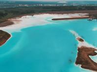С начала лета жители Новосибирска в соцсетях активно делятся фото и видео удивительно живописного водоема с водой бирюзового цвета, пейзажи которого напоминают людям популярные курорты на островах Индийского океана