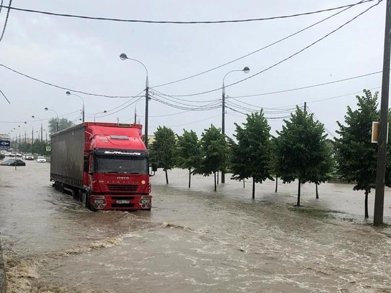 В Краснодаре к 18:00 21 июля выпало 46 мм осадков - практически месячная норма. К тому моменту дождь шел уже 8 часов. В результате оказались подтоплены многие улицы