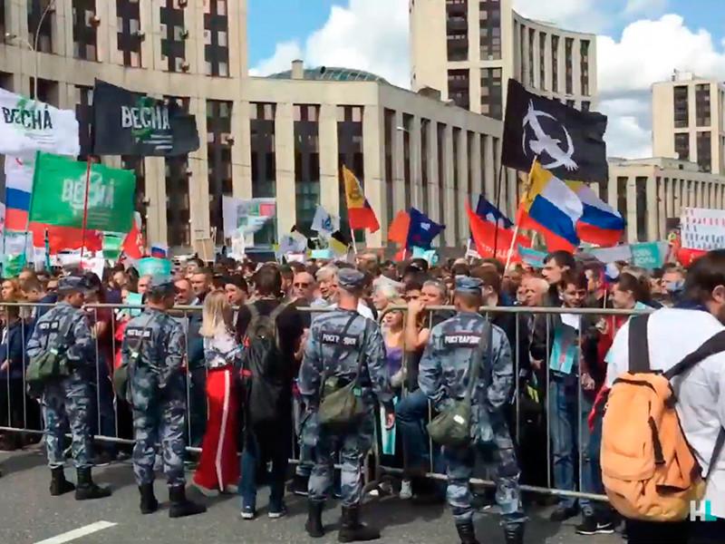 Москвичи пришли на митинг за допуск независимых кандидатов на выборы в Мосгордуму. На стройке по соседству возник пожар