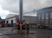 Как сообщили в областном главке МЧС, огонь перекинулся на административное здание и склад, расположенные неподалеку, но уже за пределами ТЭЦ. Площадь пожара составила тысячу квадратных метров