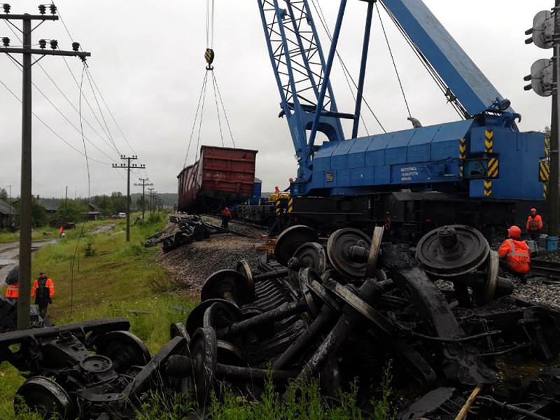 Сход 23 вагонов с углем поезда Воркута - Череповец произошел 22 июля из-за размыва пути