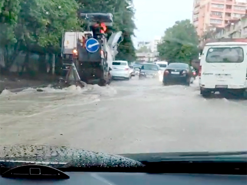 В Сочи сильные дожди затопили улицы и пляжи, в четырех реках уровень воды достиг опасных отметок