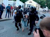 Правозащитники разыскивают росгвардейца, который в субботу избил девушку на митинге в Москве