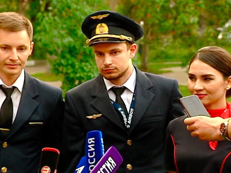 """Второй пилот самолета """"Уральских авиалиний"""", совершившего аварийную посадку в Подмосковье, Георгий Мурзин, находится в больнице с ушибами"""