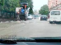 В Сочи сильные дожди затопили улицы и пляжи, в четырех реках уровень воды достиг опасных отметок (ВИДЕО)