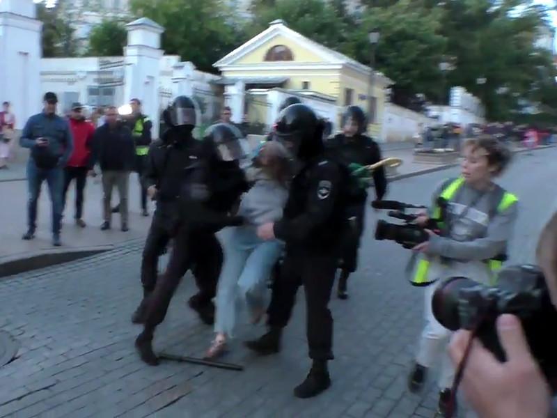 Инцидент был запечатлен на видео, которое широко разошлось по соцсетям и СМИ