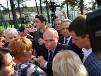 С жителями Тулуна, согласно нескольким официальным фотографиям, российский президент общался через сетку забора