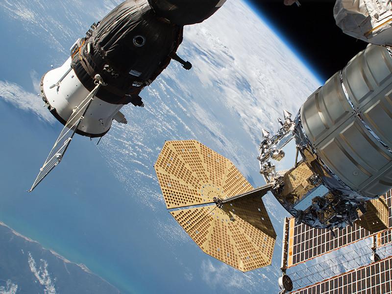 """Роскосмос выяснил, откуда в бытовом отсеке космического корабля """"Союз МС-09"""" взялась дыра, однако оставит эту информацию в тайне, сообщил глава госкорпорации Дмитрий Рогозин"""