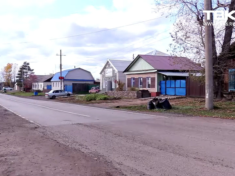 Как сообщает канал ТВК, в честь визита Чайки в Уяре положили асфальт на улице Советской, где его, по словам местных жителей, не было никогда