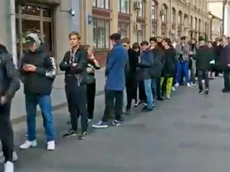 У здания администрации президента РФ в Москве образовалась огромная очередь на пикеты в поддержку Павла Устинова