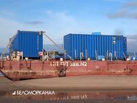 На втором понтоне, неповрежденном, находятся синие контейнеры