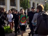 """В суде посмотрели видеозапись, на которой якобы видно, что Соловьев стоит на расстоянии меньше 50 метров от другого пикетчика. """"Сотрудники подходили, спрашивали документы, но не договорили о допущенных нарушениях. Полицейские предъявили мне то, что мой пикет антиправительственный, с чем я не согласен"""", - заявил активист"""
