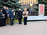 """Акция памяти жертв репрессий """"Возвращение имен"""" у Соловецкого камня на Лубянской площади"""