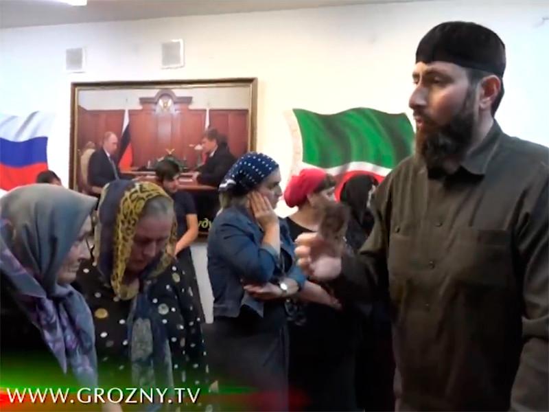 """""""Главный по изгнанию джинов"""" в республике, главврач центра исламской медицины в Грозном Адам Эльжуркаев на этот раз обрушился с критикой на тех, кто обращается к гадалкам. Перед камерами чеченского ТВ предстали восемь женщин и их ближайшие родственники"""