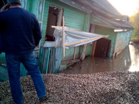 На Вологодчине скважина третий месяц затягивает проклятый дом под землю и под воду (ФОТО, ВИДЕО)