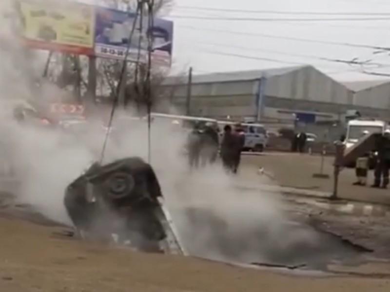 В Пензе легковой автомобиль провалился в яму с горячей водой, два человека погибли