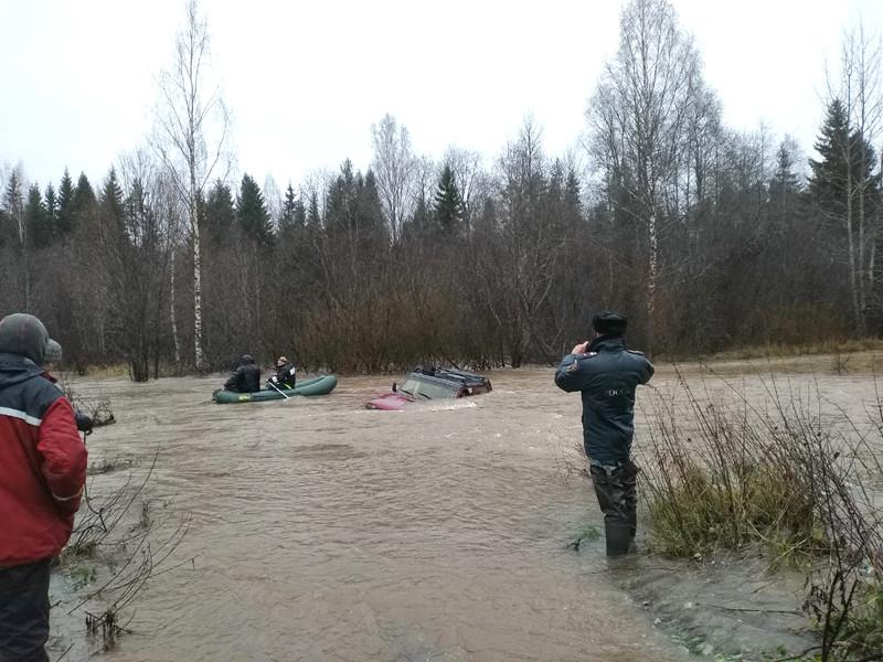 В Новгородской области спасли водителя, который 5 часов провел на крыше затонувшей в реке машины