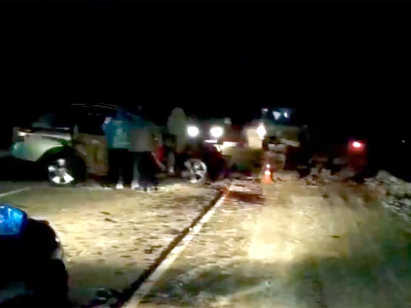 Мэр пострадавшего летом от наводнения города Тулуна в Иркутской области Юрий Карих врезался на автомобиле в стоящий на обочине грузовик. Супруга чиновника погибла