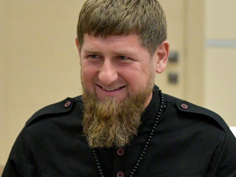 """Глава Чечни Рамзан Кадыров впервые объяснил свои слова о том, что интернет-пользователей, которые могли оскорбить чью-то честь, нужно останавливать, """"убивая, сажая, пугая"""". Глава Чечни заявил, что угрозы побить и убить соответствуют традиционным обычаям народов Кавказа и не должны восприниматься буквально"""