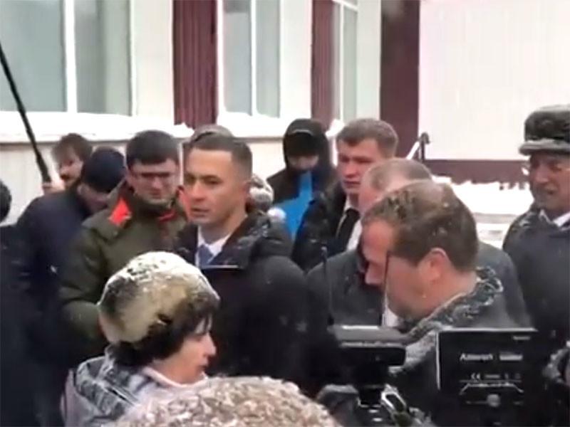 В деревне Санниково местная жительница Татьяна Кадукина прорвалась через охрану и бросилась на колени перед Дмитрием Медведевым, жалуясь на отсутствие горячего водоснабжения