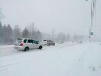 Из-за снегопада введены ограничения на автотрассах, крупные города сковали пробки, есть проблемы с авиасообщением