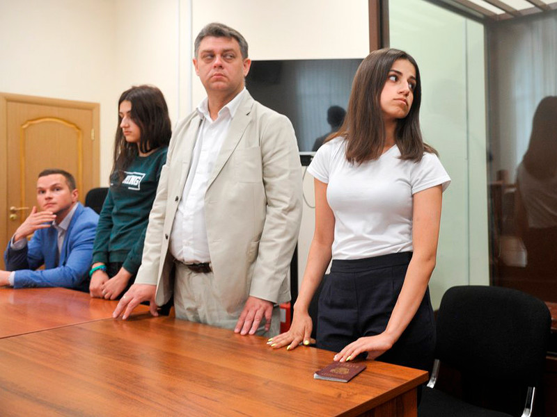 Ангелина (на фото - справа) и Крестина Хачатурян