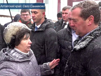 Жительница алтайского села объяснила падение на колени перед Медведевым подножкой силовиков