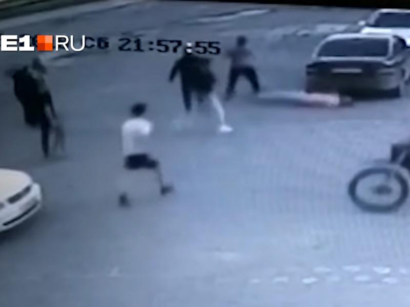 Один из подручных Мифтахитдинова, Евгений Верещагин, подошел вплотную к находившемуся рядом с Федоровыми Андрею Михайлецу и неожиданно нанес ему сокрушительный удар в лицо, от которого потерпевший упал навзничь