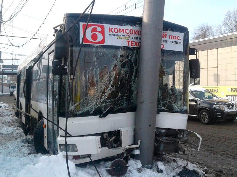 4 декабря в Саратове пассажирский автобус врезался в столб