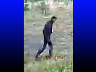 На видео, которое опубликовали следователи, запечатлен неизвестный молодой человек, который за сутки до преступления, днем 24 августа 2018 года, находился в районе происшествия. На снятых кадрах мужчина в темной куртке и джинсах поднимается в гору