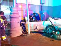 """В Москве автомобиль сбил пешеходов, после чего врезался в вестибюль метро станции """"Окружная"""" МЦК. В результате аварии три человека погибли, один пострадал"""