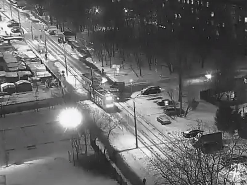 В Москве грузовик врезался в трамвай на пересечении Соболевского проезда и Коптевского бульвара, в результате трамвай сошел с рельсов. Пострадали шесть человек, двое госпитализированы - грудной ребенок в возрасте одного месяца и мужчина