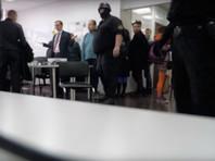 На видео, опубликованном штабом Навального, слышно, что силовики приказывают сотрудникам стать к стене и молчать