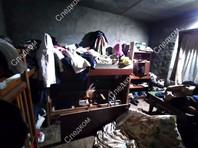 Как видно на кадрах, опубликованных пресс-службой СКР, семья с шестью детьми жила в антисанитарных условиях в доме, заваленном хламом, окна были закрыты тряпками