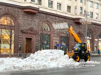 В Москве наряду с невидимым снегом появился первый постоянный сугроб (ФОТО, ВИДЕО)